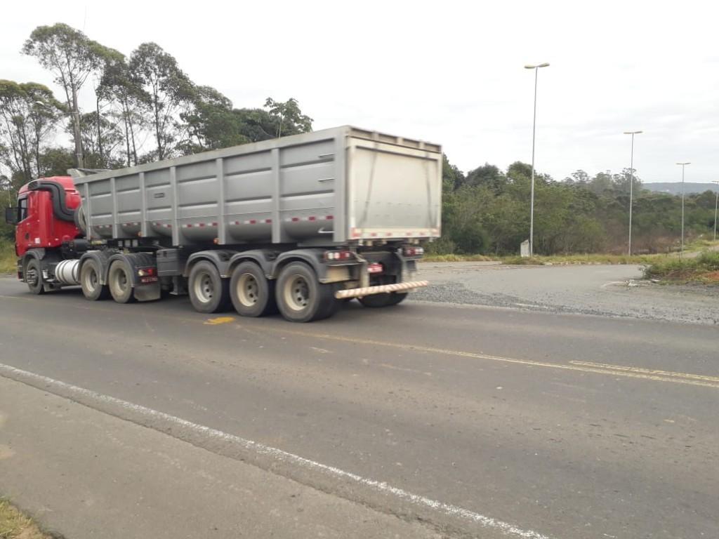 Tráfego de caminhões é intenso na região